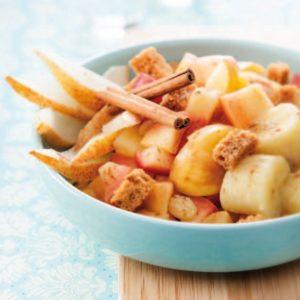 Fruits d'automne à la cannelle, pain d'épices et raisins secs